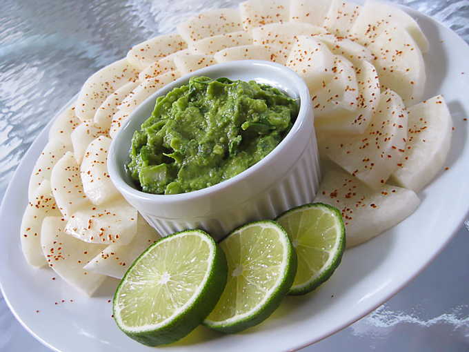 Easy-guacamole-with-jicama-chips