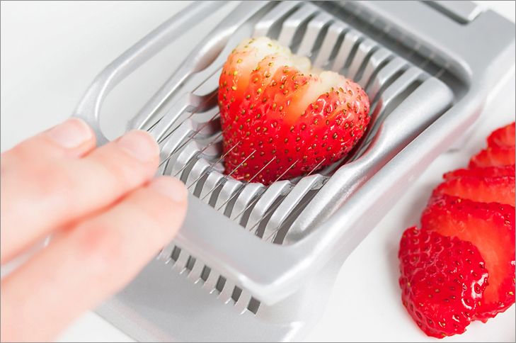 Cut strawberries with an egg slicer + 6 more cooking hacks from www.Veggie-Quest.com