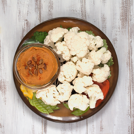 2 Pounds of vegetabes a day snack - pumpkin hummus with cauliflower on www.veggie-quest.com #vegan #glutenfree
